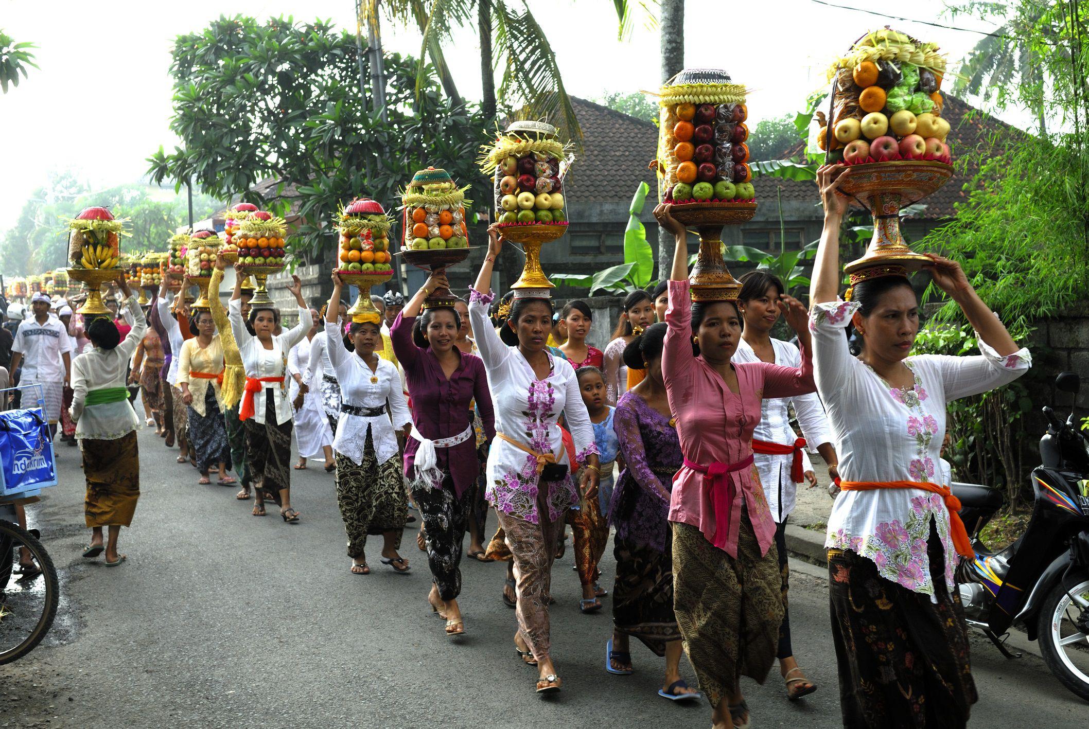Perayaan Hari Raya Galungan oleh Masyarakat Hindu Bali   Sumber : TripSavvy
