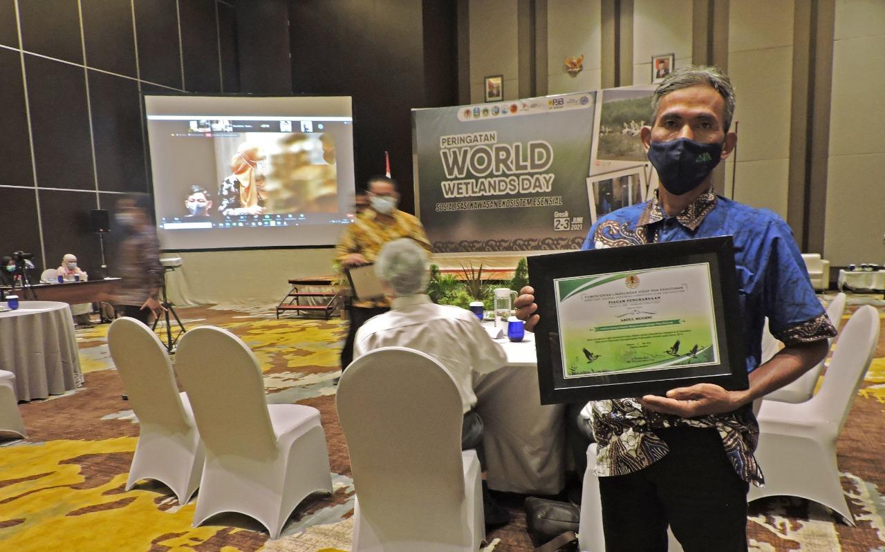Pak Mughni ketika mendapatkan penghargaan dari Kementerian LHK