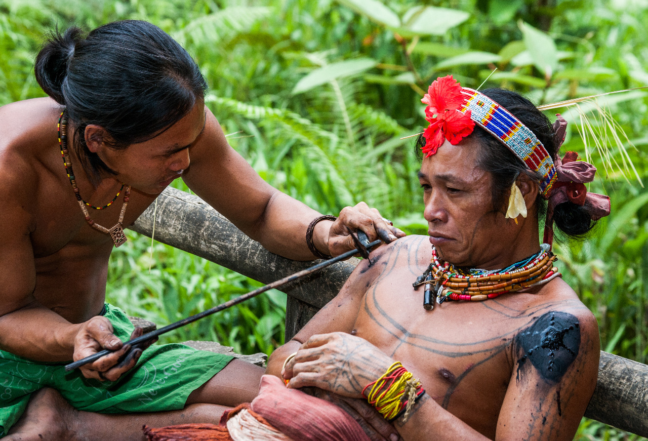 Dari segi umur, penatoan suku mentawai dibagi menjadi tiga tahap. Pertama, saat umur 11-12 tahun, lalu umur 18-19 tahun, dan yang terakhir umur lebih dari 19 tahun. © Gudkov Andrey/Shutterstock