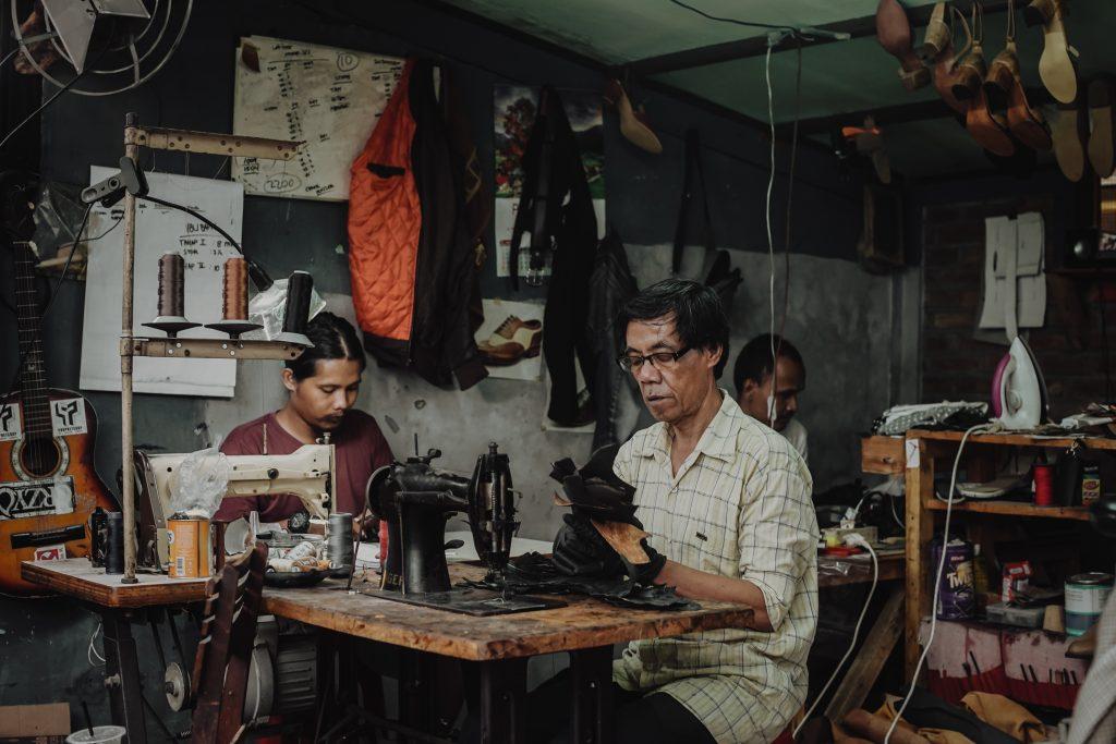 Produksi sepatu Hirka