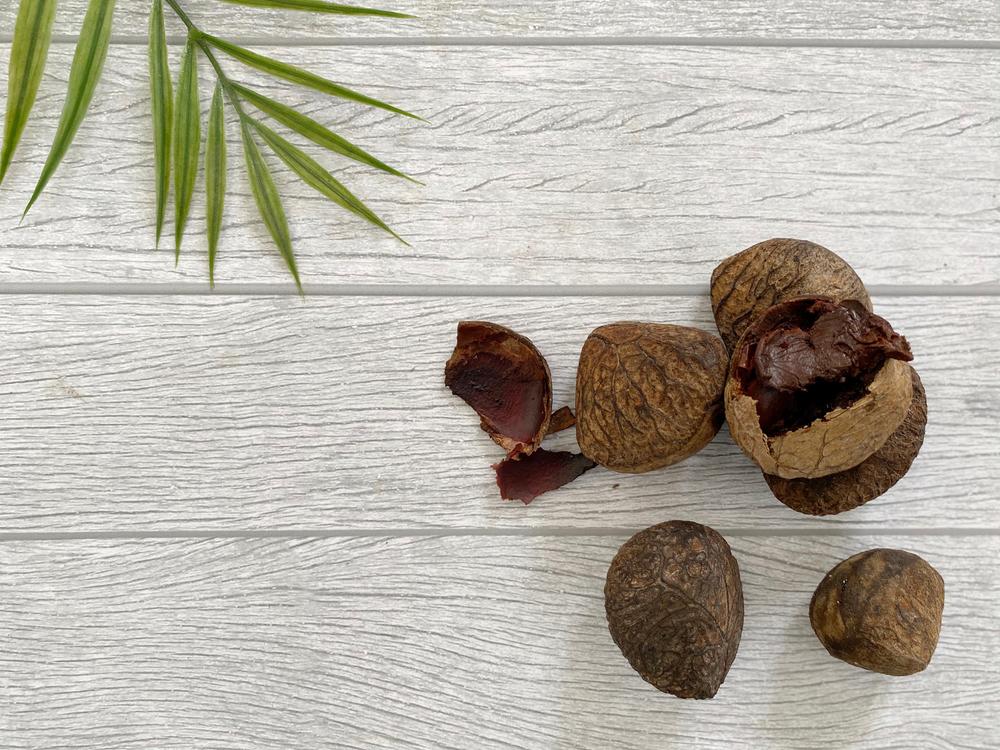 Keluak, rempah yang digunakan dalam nasi grombyang | @Pawonike Gallery Shutterstock
