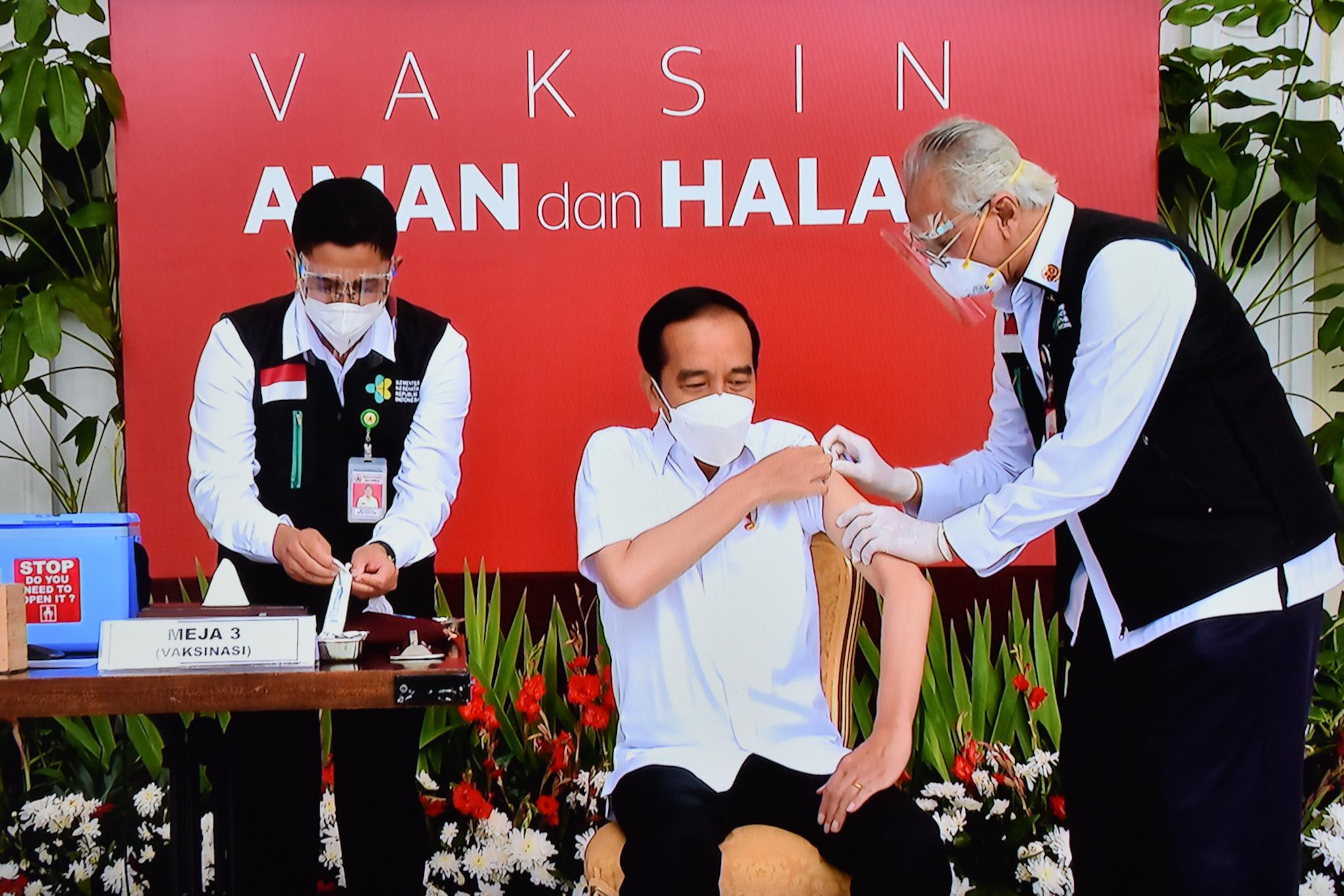 Preside Joko Widodo menerima vaksin pertama di RI
