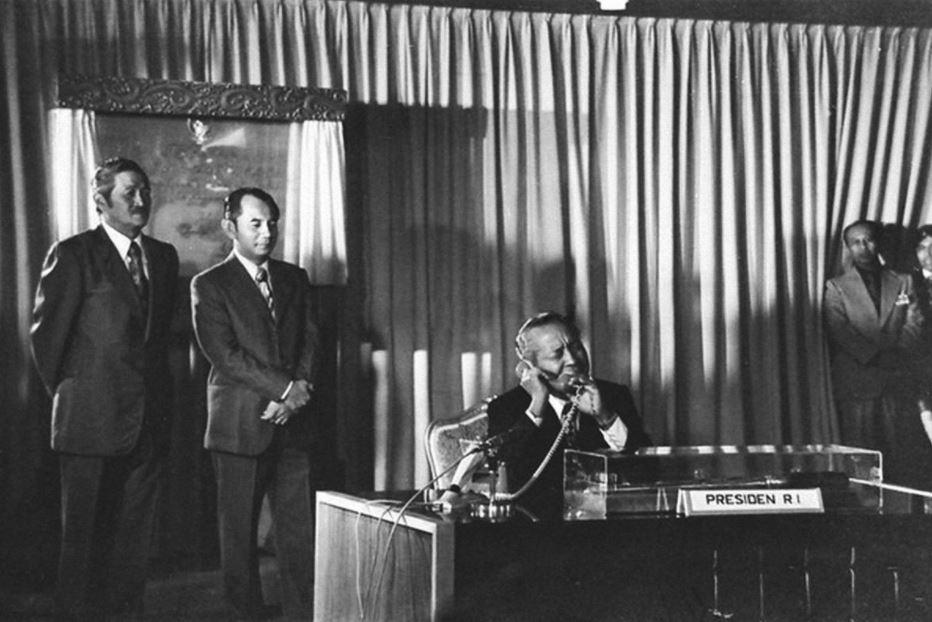 Presiden Soeharto melakukan sambungan langsung dalam peresmian pemakaian satelit bumi Palapa, 16 Agustus 1976