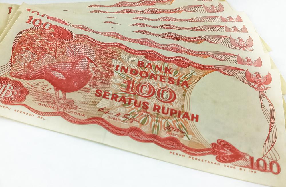 Uang kertar Rp100 tahun 1984 yang masih mencantumkan nama perancang di bagian sudut kiri bawah