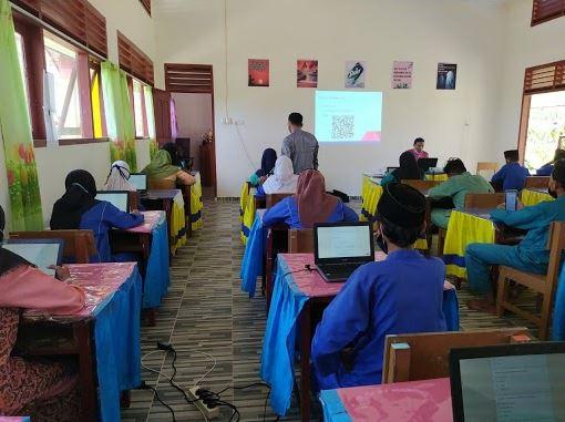 Pembelajaran berbasis teknologi di SMP Negeri 1 Lingga Timur, Kepulauan Riau (Dok. Google Indonesia)