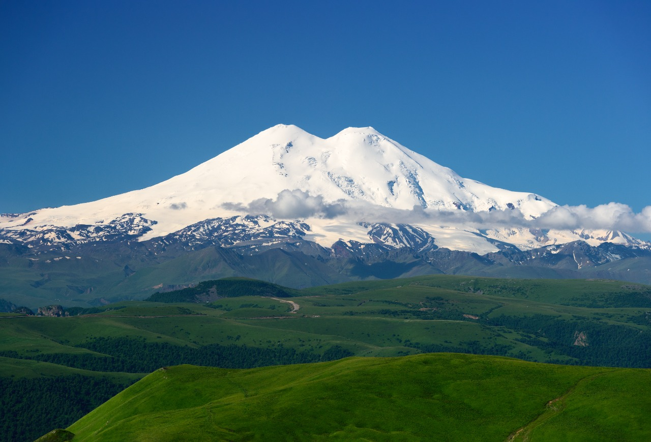 Puncak Gunung Elbrus, puncak tertinggi di eropa yang berada di negara Rusia   EllyKei/Shutterstock