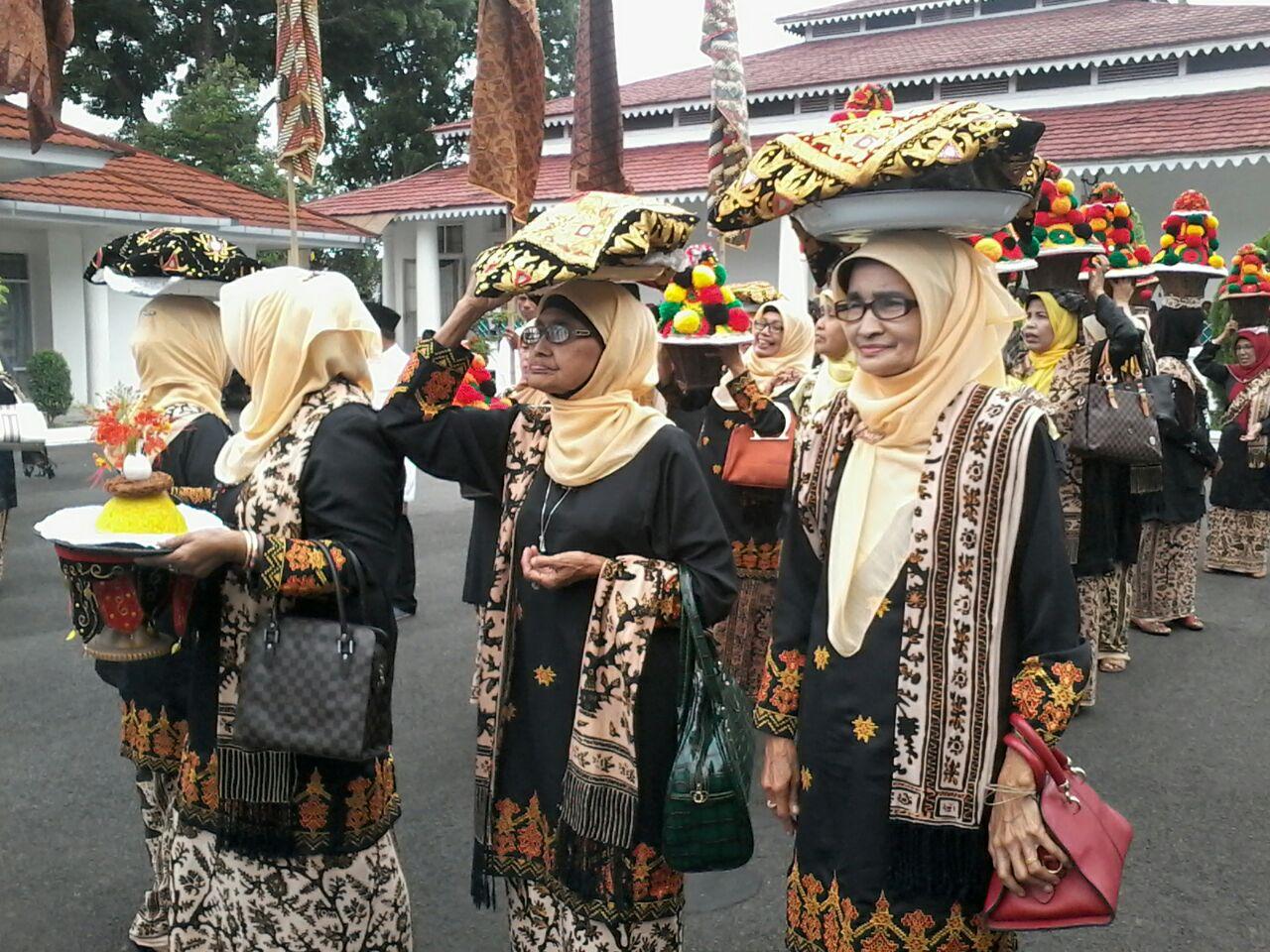 Upacara adat Turun Mandi di Tanah Datar, Sumatra Barat   pasbana.com