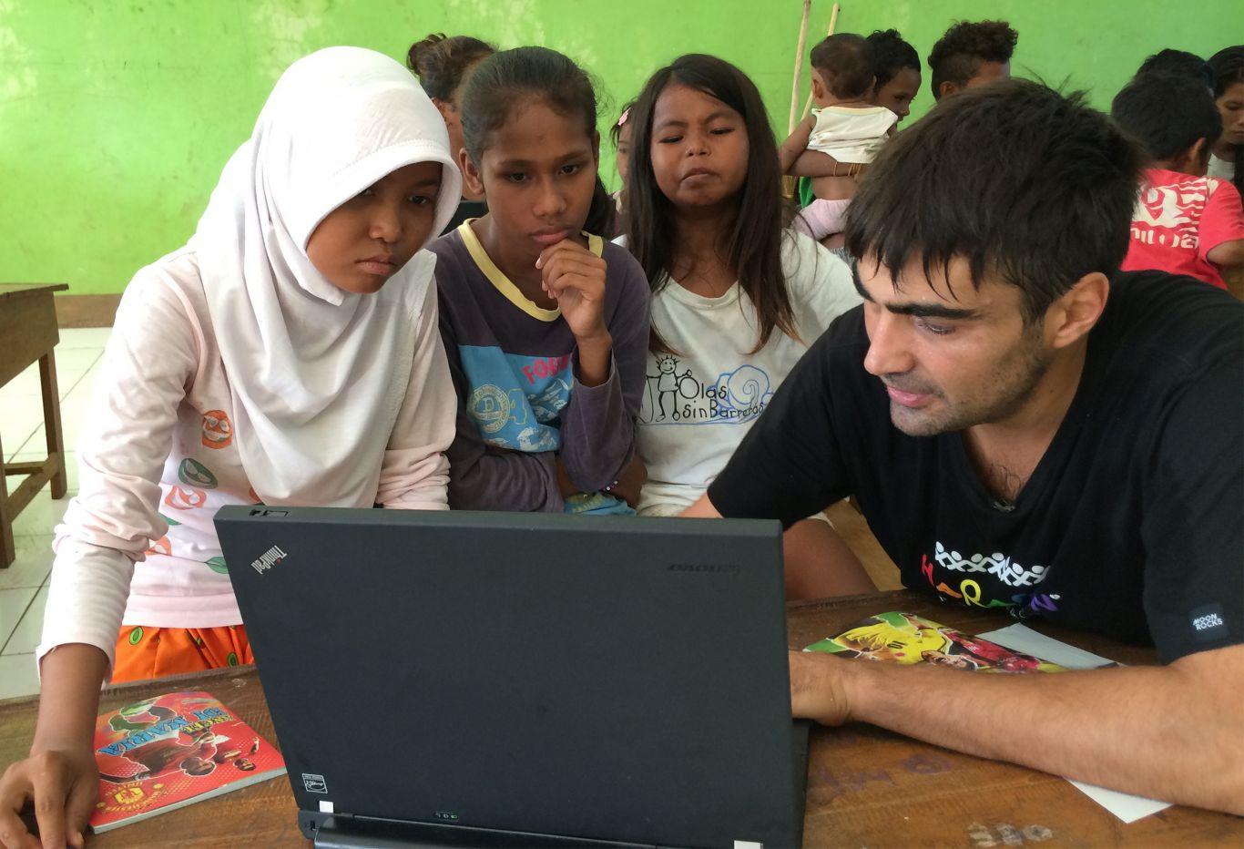 Carlos Ferrandiz saat memberikan pendidikan kepada anak-anak di desa Hu'u