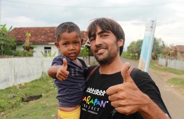 Carlos Ferrandiz bersama anak di desa Hu'u