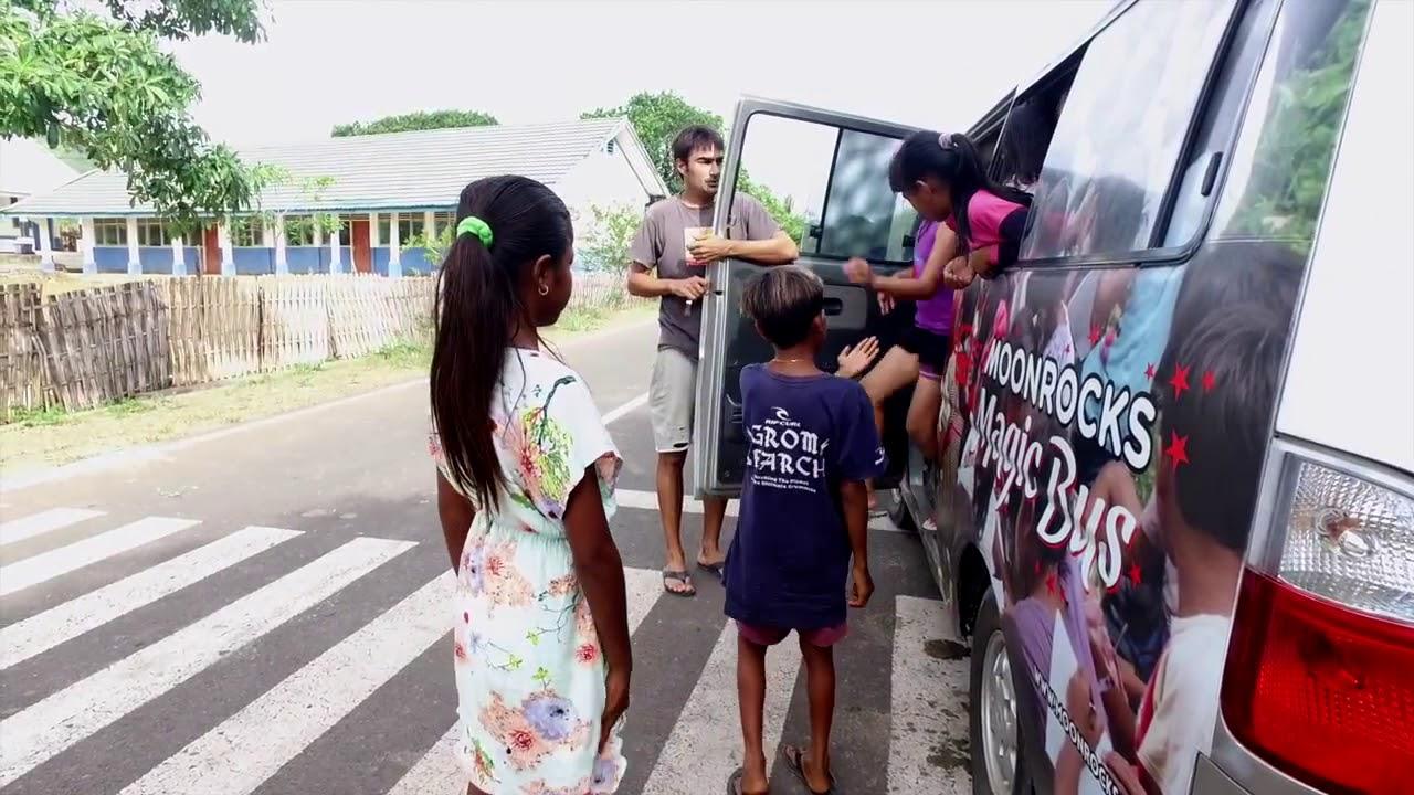 Carlos dan anak-anak yang diangkut menggunakan Bus Harapan