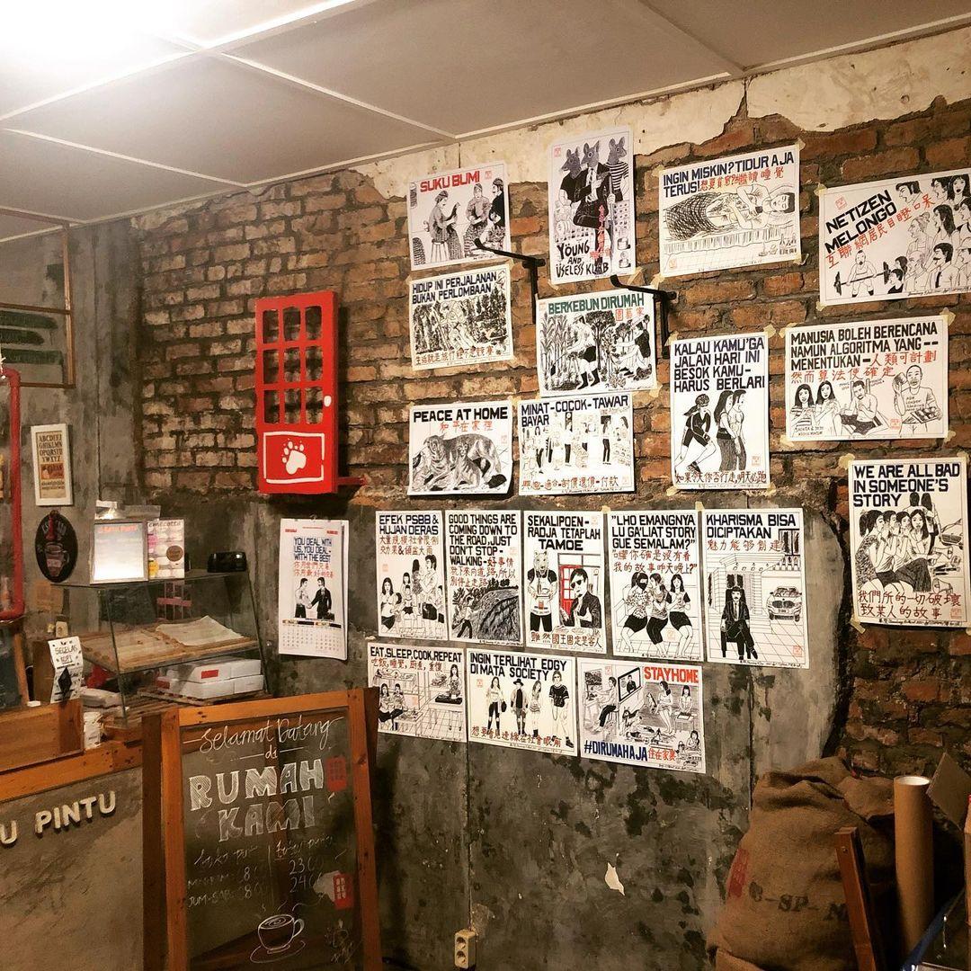 Karya Supomo dalam sebuah eksibisi di kafe | Foto: instagram.com/senikanji