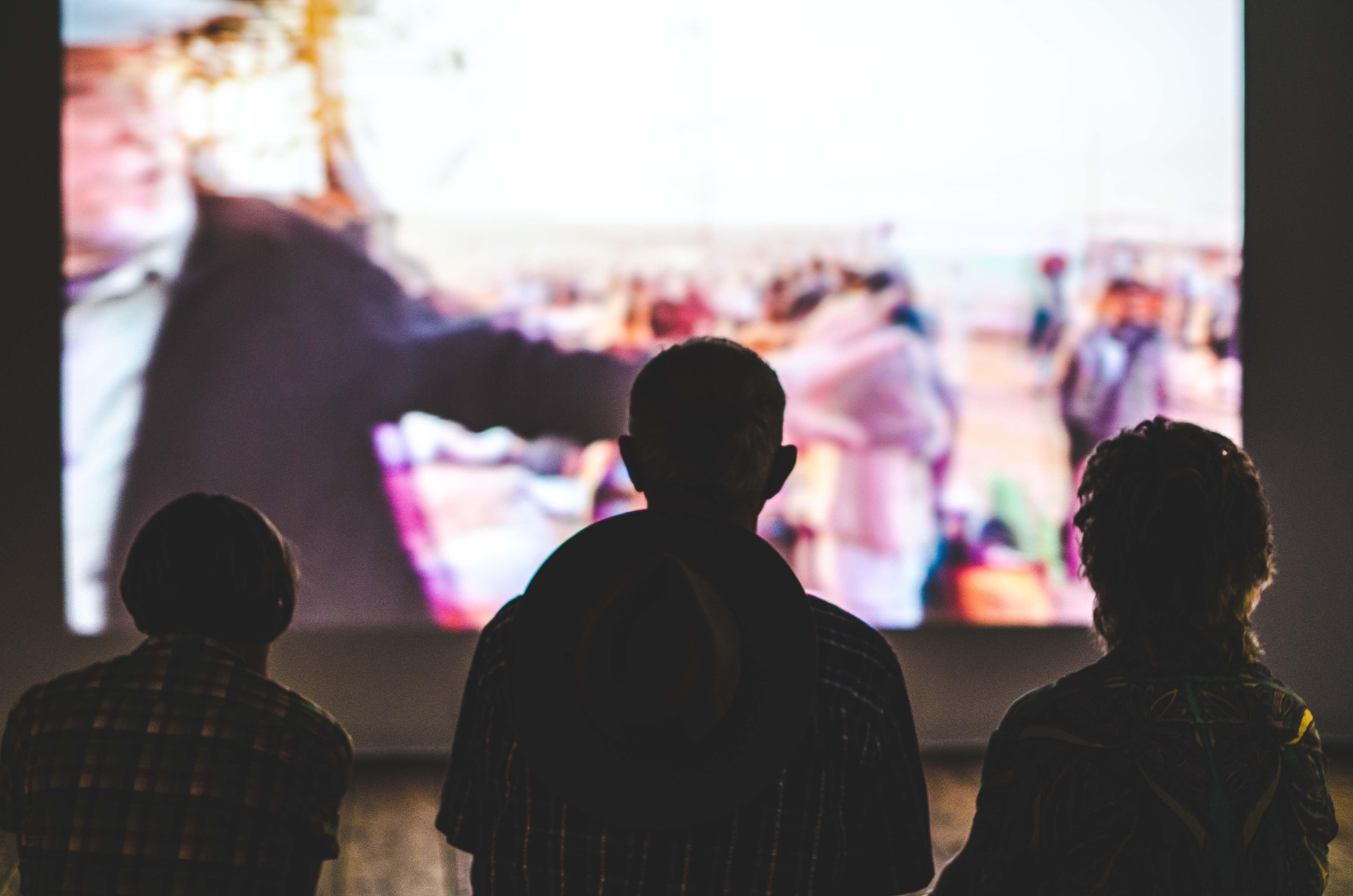 Menonton televisi menghangatkan keluarga