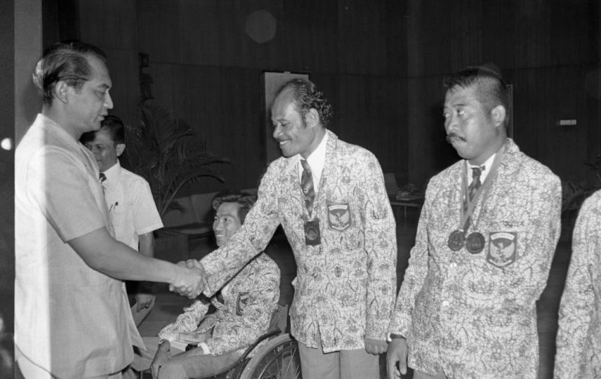 Gubernur Ali Sadikin menyambut atlet difabel Indonesia selepas Paralimpiade 1976
