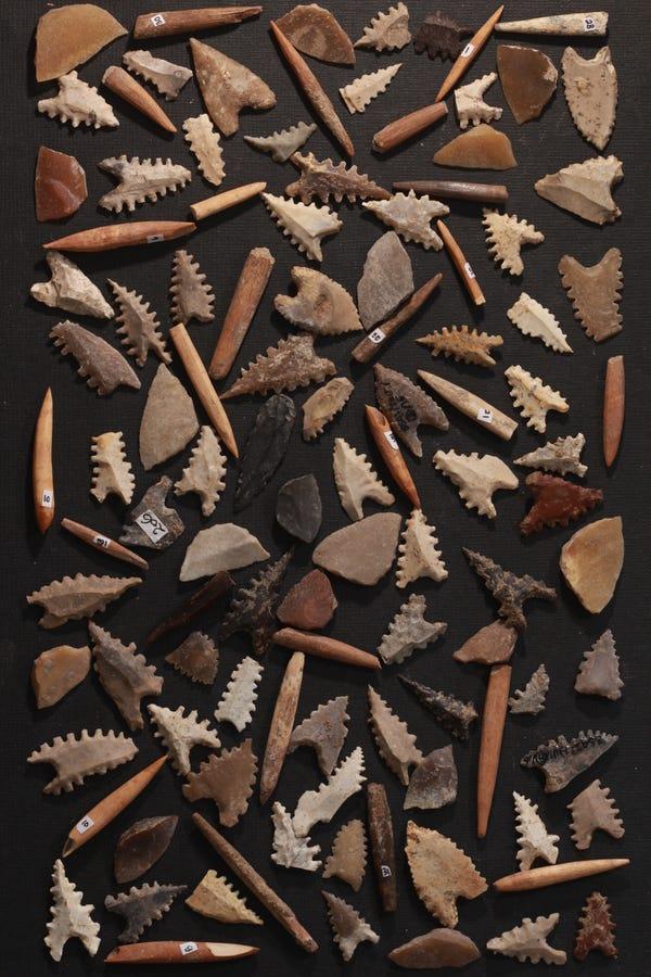 Mata panah batu Toalean, mikrolit berlatar belakang (alat batu kecil yang mungkin berbentuk duri) dan titik proyektil tulang. Artefak ini berasal dari koleksi Indonesia yang dikuratori di Makassar dan sebagian besar terdiri dari spesimen tak bertanggal yang dikumpulkan dari permukaan tanah di situs arkeologi. Basran Burhan