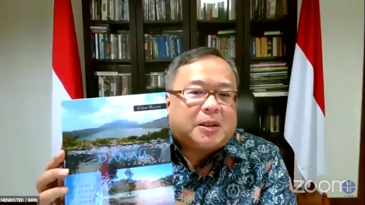 Menteri Riset dan Teknologi/Kepala Badan Riset dan Inovasi Nasional, Bambang Permadi Soemantri Brodjonegoro kala itu dengan buku