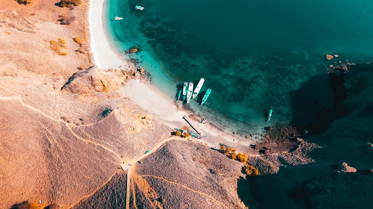 Pemandangan dari atas Pulau Padar | Shutterstock/Harry Hermanan