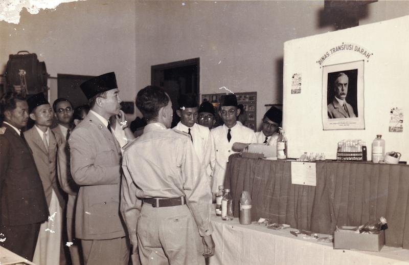 Soekarno mengunjungi pameran PMI pada Kongres PMI ke-V Bogor tahun 1951