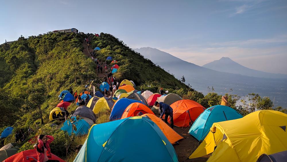 Kepadatan pendaki yang berkemah di gunung