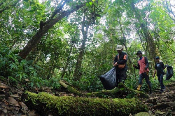 Aksi pungut sampah di Hutan Gunung Kerinci