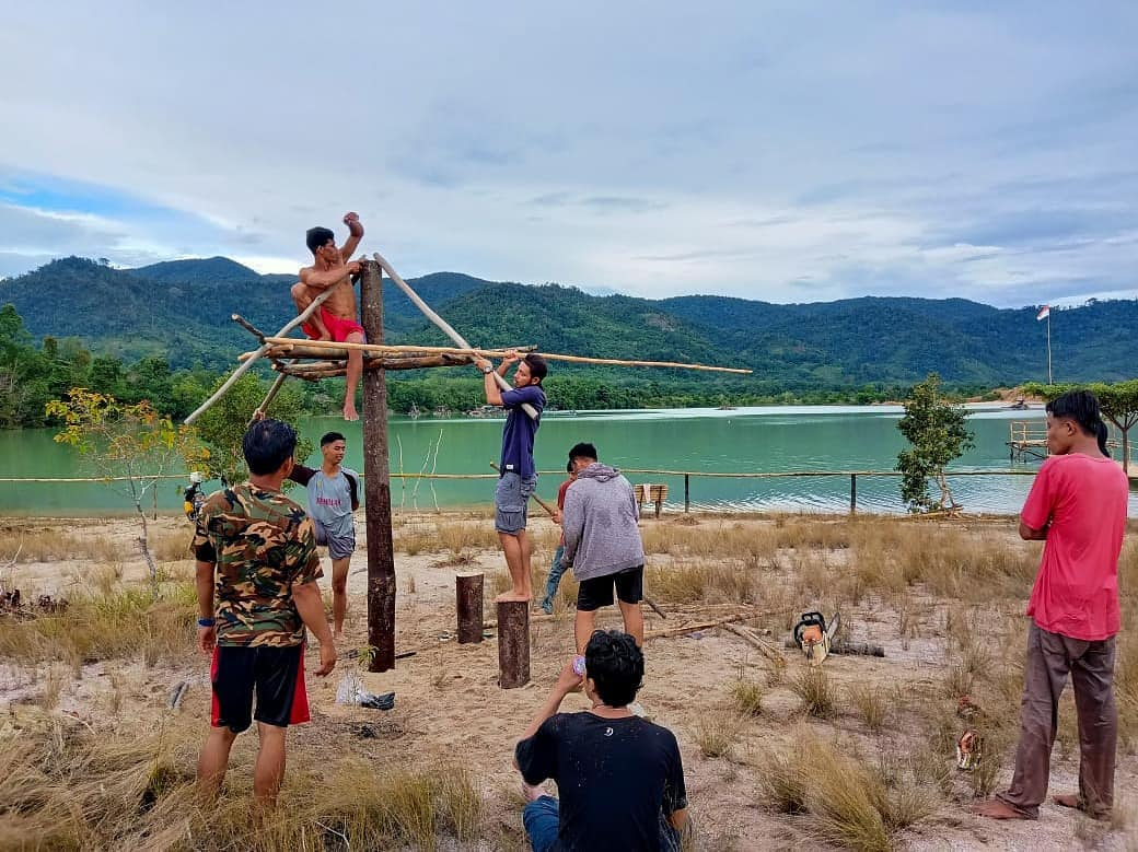 Penduduk Desa Perlang saat membangun Danau Pading