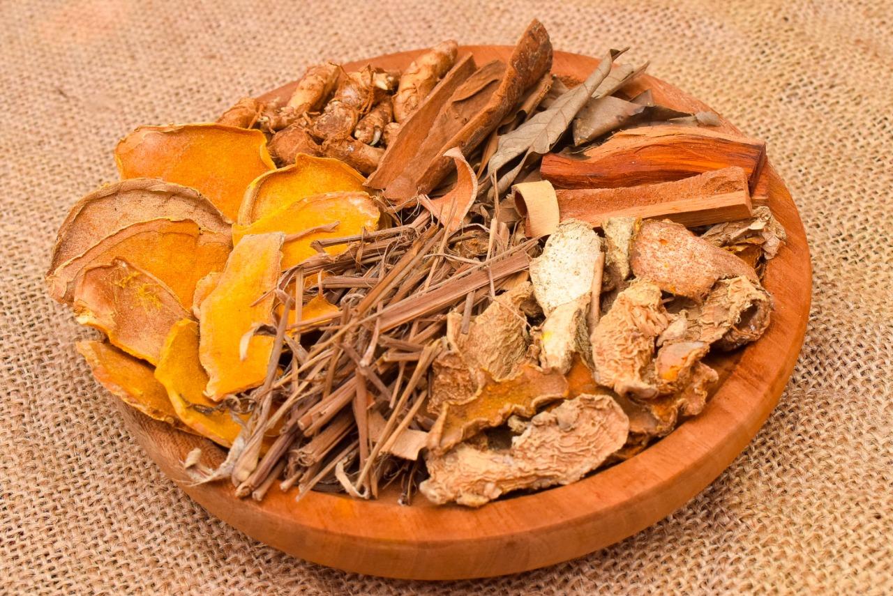 Rempah kering maupun basah digunakan sebagai bumbu dapur dan obat herbal. | Foto : Shutterstock/Rifki Alfirahman