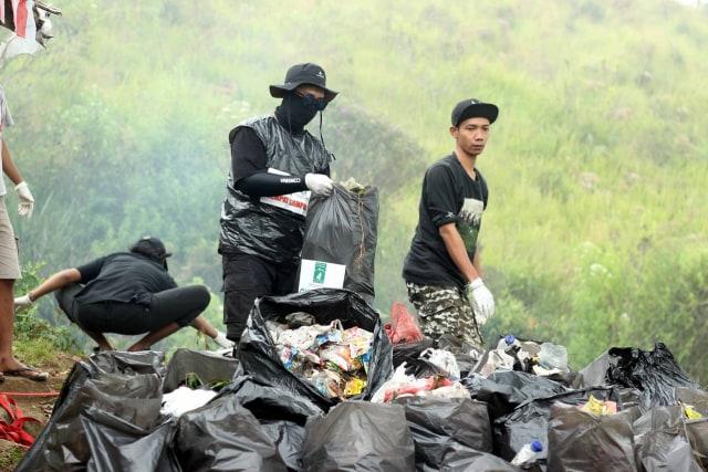 Aksi bersih-bersih sampah yang dilakukan Trashbag Community