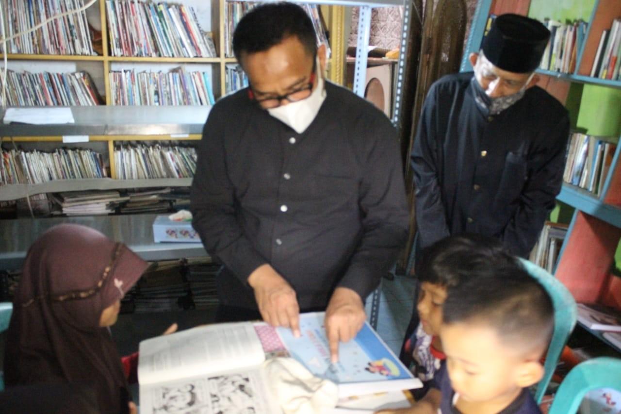 Kepala Disdik Kabupaten Purwakarta, Purwanto saat mengunjungi perpustakaan Abah Udju