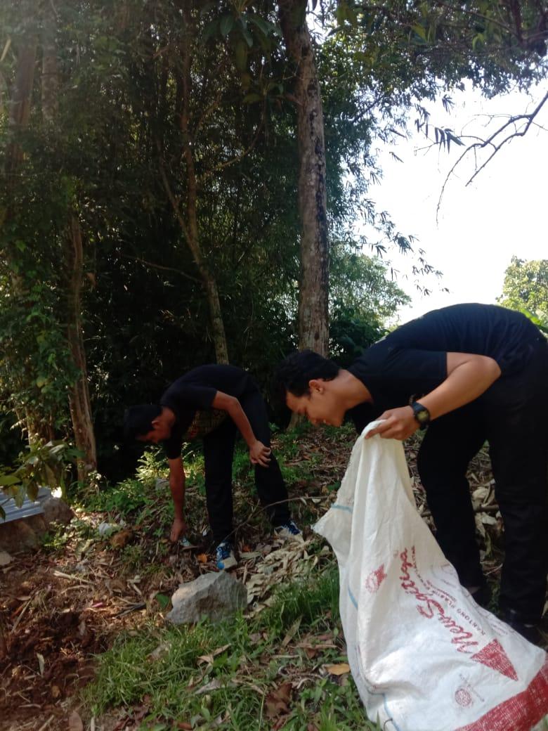 Foto bersihkan sampah (Dok: Pejuang Waktu)
