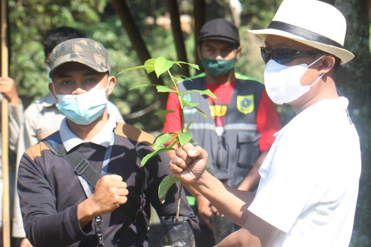 Foto penyerahan benih (Dok: pejuang waktu)