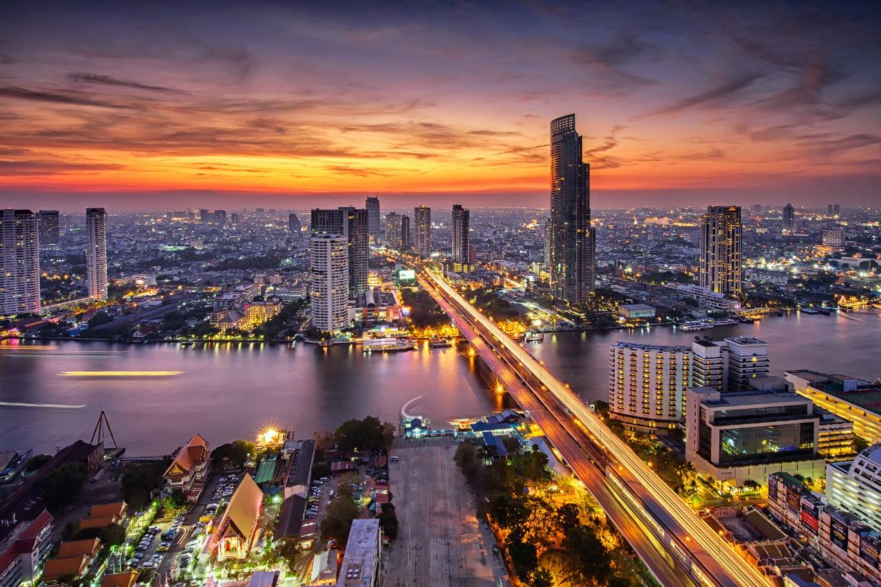 Pemandangan kota Bangkok (Jembatan Taksin) saat matahari terbenam | Shutterstock/Travel Mania