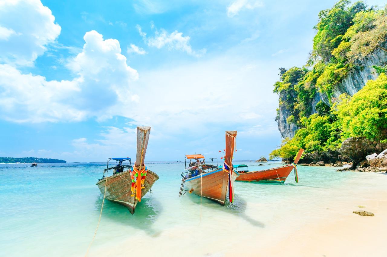 Perahu longtale di pantai putih di Phuket, Thailand | Shutterstock/CHAINFOTO24