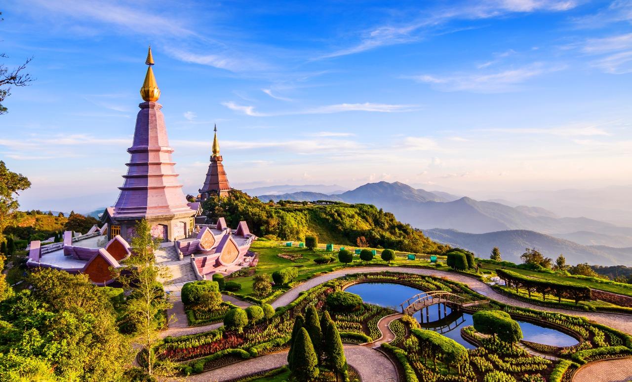 Pemandangan dua pagoda di puncak Gunung Inthanon, Chiang Mai, Thailand | Shutterstock/Take Photo