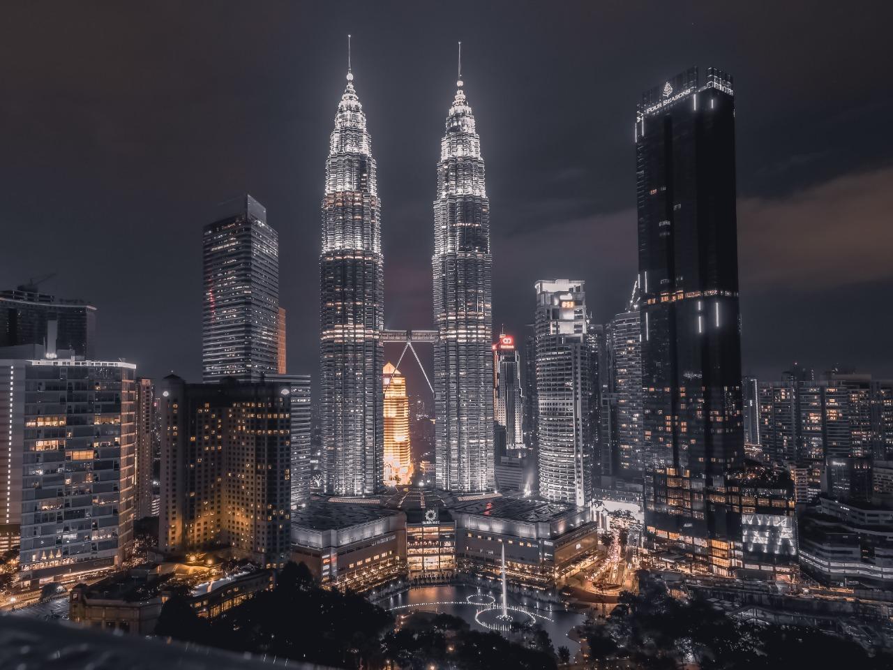 Pemandangan malam menara kembar Petronas di Kuala Lumpur, Malaysia | Shutterstock/RED87PUTRA