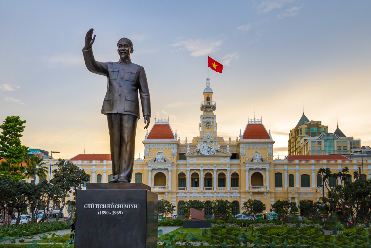 Patung Ho Chi Minh di depan Balai Kota Saigon, Kota Ho Chi Minh, Vietnam | Shutterstock/Christian Wittmann