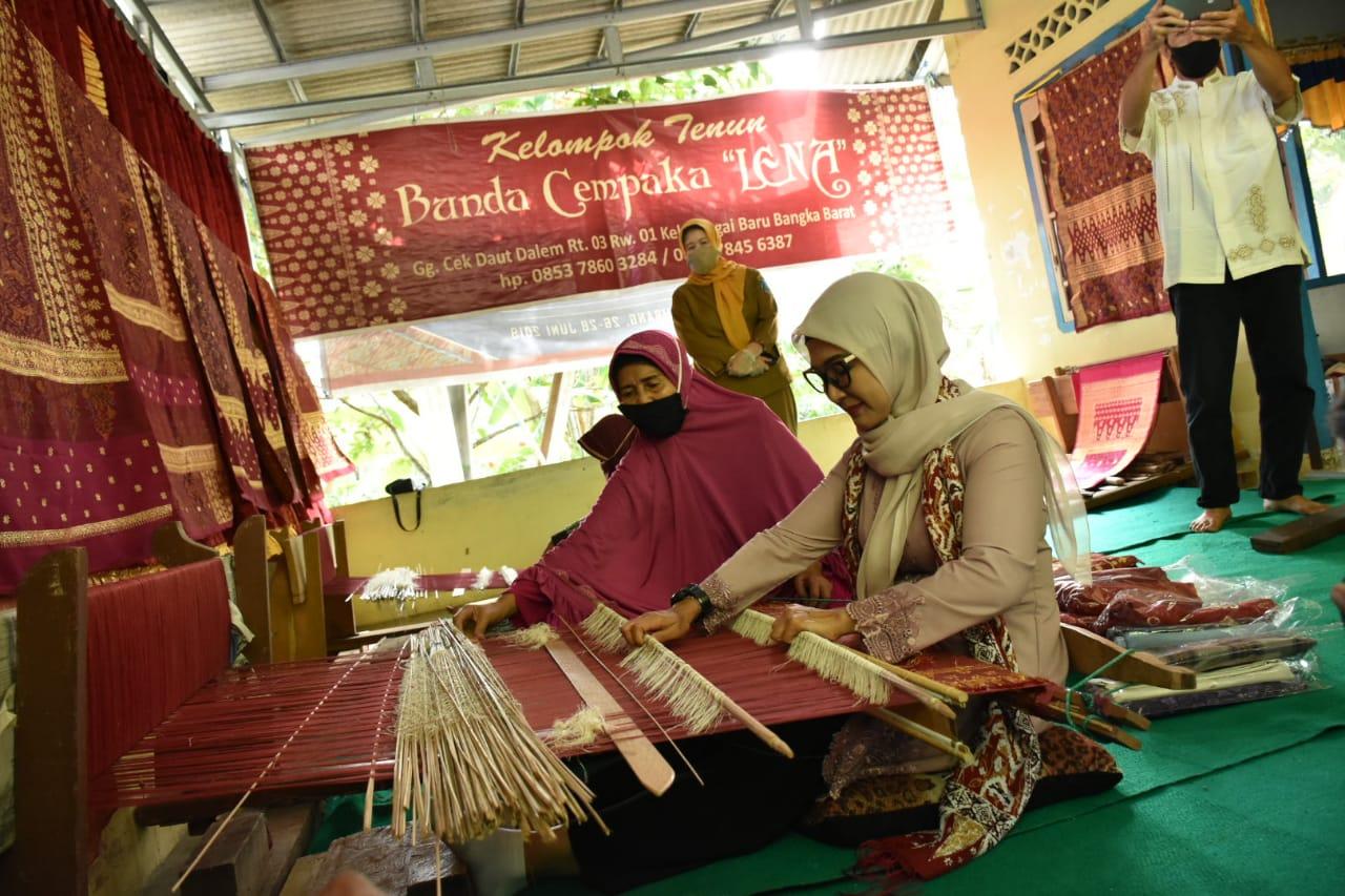 Proses pembuatan tenun cual | Foto: babelprov.go.id