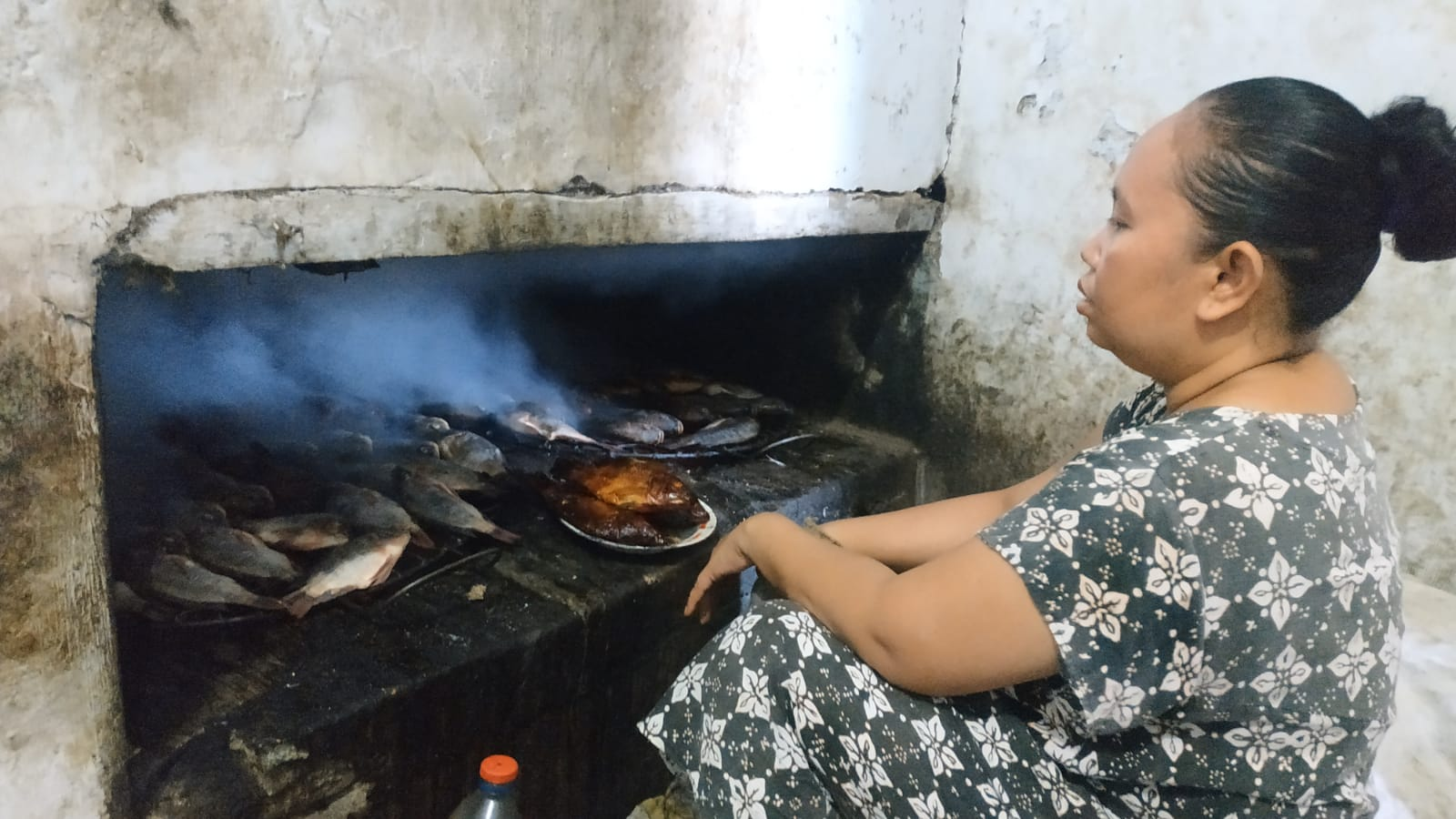 Proses pengasapan ikan di Kampung Asap, Pasuruan