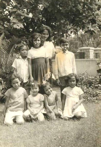 Tujuh anak pasangan Supriyo-Francisca Fanggidaej (dan sepupunya) sekitar tahun 1960an.