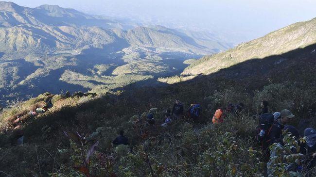Pendaki melakukan pendakian di kawasan Pos 3 jalur Cemoro Sewu menuju puncak Gunung Lawu, Jawa Timur, Sabtu (17/8)   Foto: ANTARA FOTO/Siswowidodo