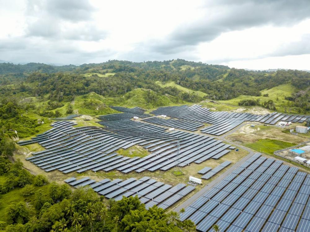 Sebanyak 64.620 hamparan panel surya tersusun rapi di Desa Wineru, Kecamatan Likupang Timur, Kabupaten Minahasa Utara, Provinsi Sulawesi Utara. | Foto : Kementerian ESDM