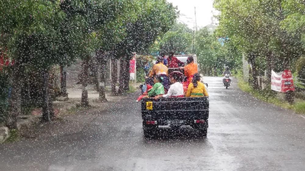 Warna Warni Yang Bergerak Di Bawah Rintik Hujan Good News From