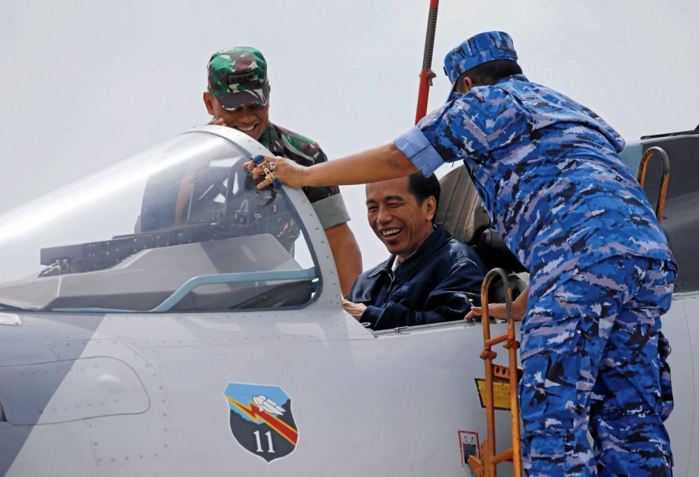 President of Indonesia Joko Widodo on Sukhoi Su-27/30 cockpit in Riau Islands, 2016. Image: REUTERS/Beawiharta