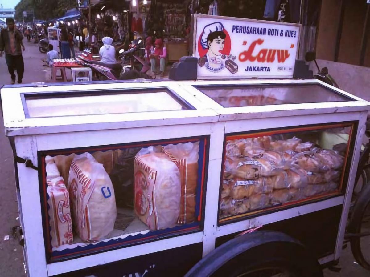 Lauw, Roti Legendaris dengan Gerobak Dorong yang Khas
