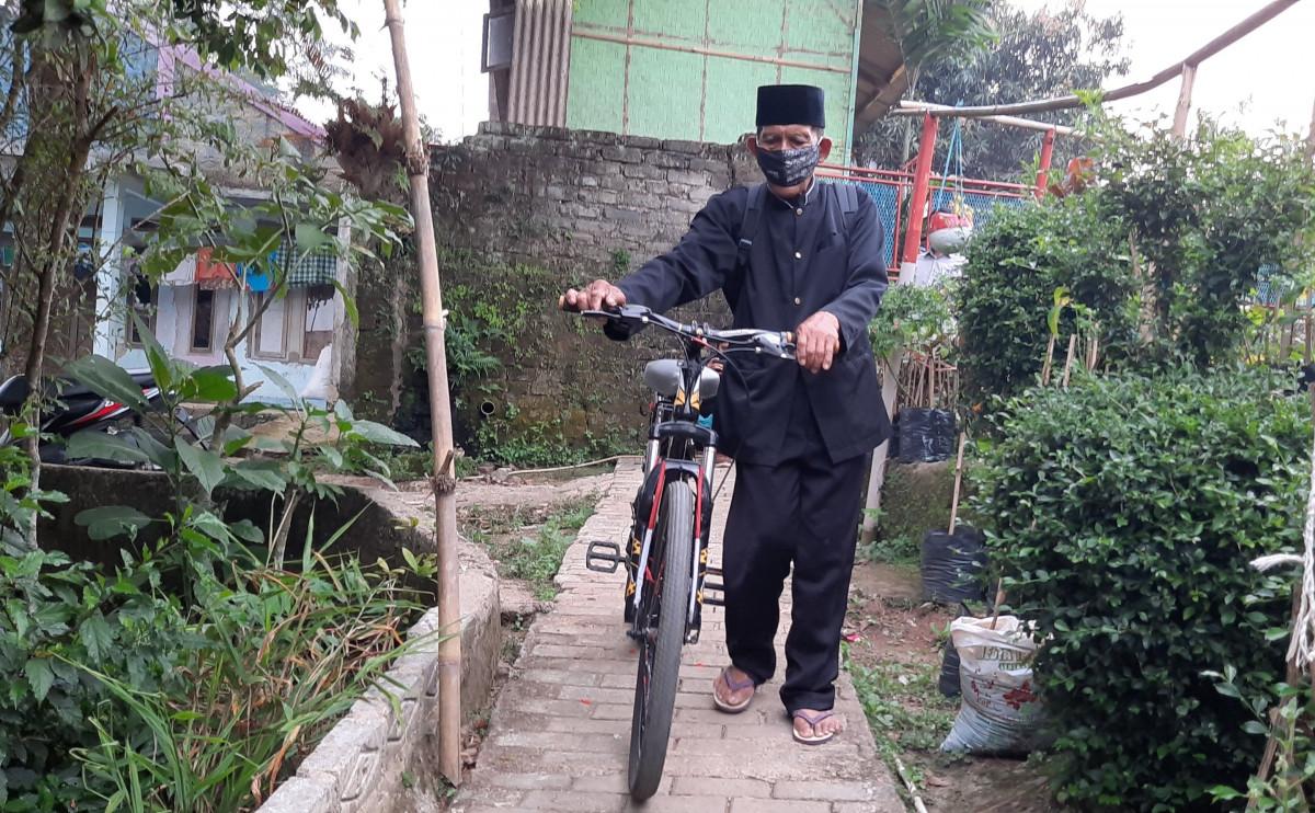 Bermodalkan Sepeda, Kakek Berusia 74 Tahun Bawa Perpustakaan Keliling di Purwakarta