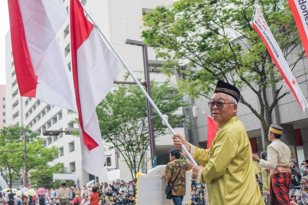 Bendera Merah Putih Berkibar di Hakata Dontaku