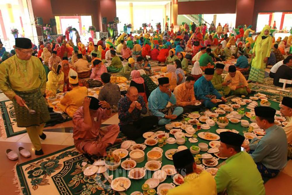 Duduk Sama Rendah, Berdiri Sama Tinggi. Tradisi Saprahan Melayu Kal-Bar