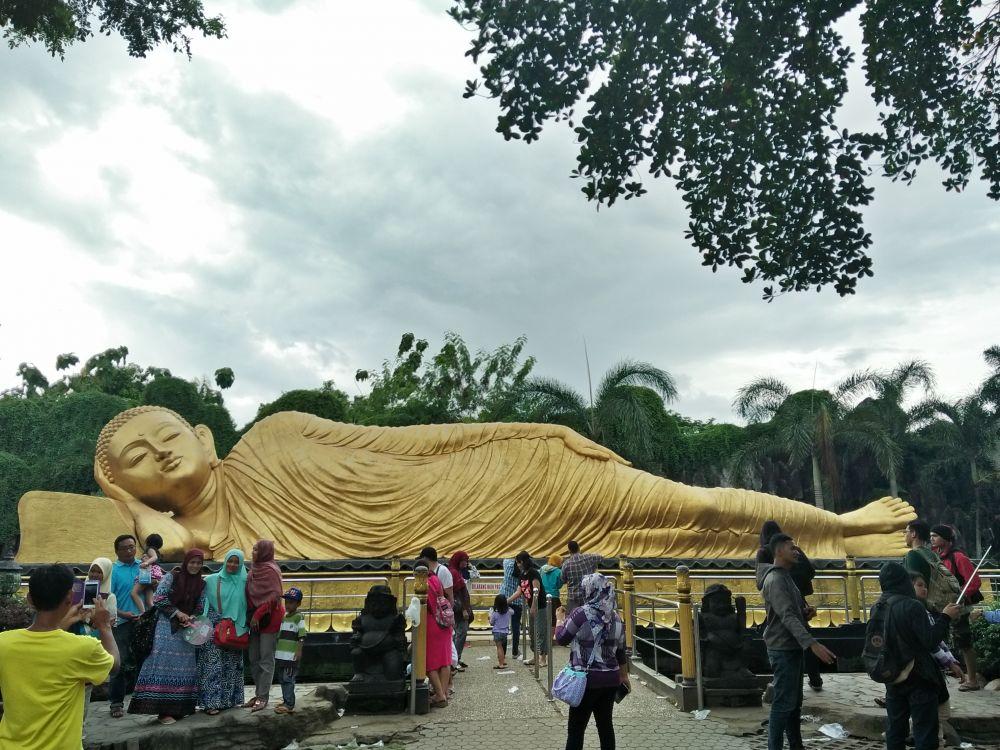 Tidak Perlu Jauh-Jauh ke Luar Negeri, Indonesia Juga Punya Satu yang Keren. Nikmati Eksotisme Patung Budha Tidur di Trowulan, Mojokerto