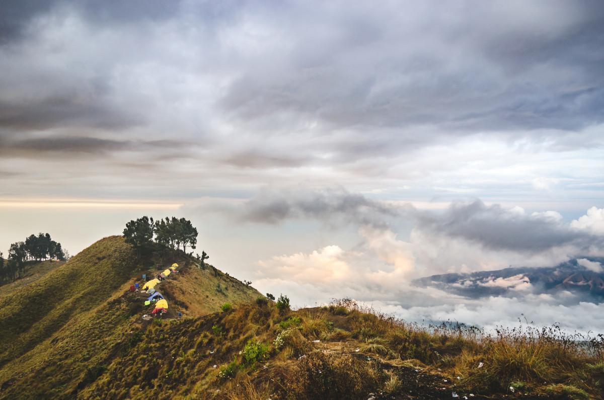Tren Sepekan: Jalur Mistis Rinjani hingga Sungai Biru di Tengah Hutan Papua
