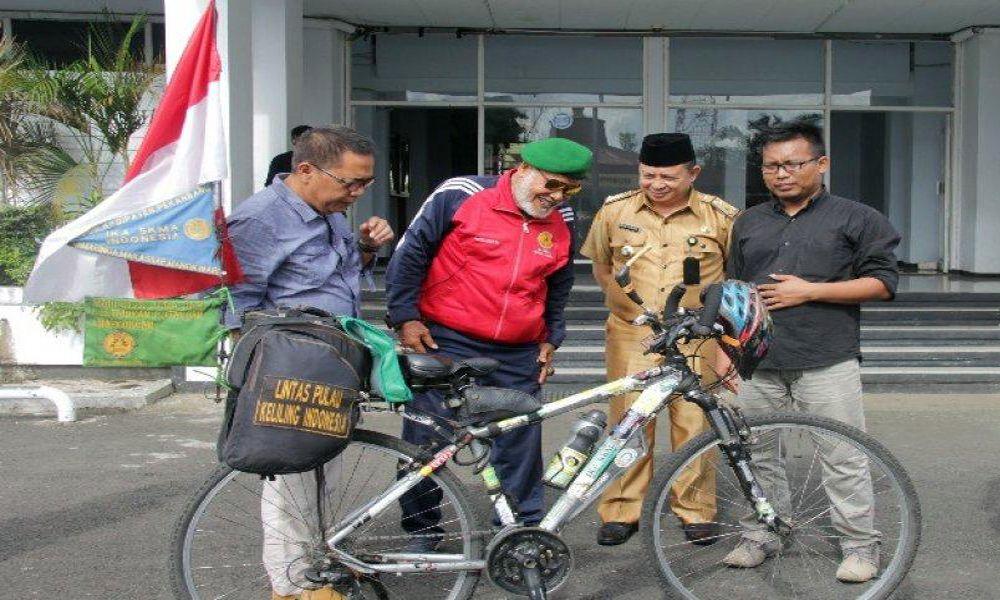 Kampanyekan Lingkungan, Bang Andik Keliling Indonesia Pakai Sepeda