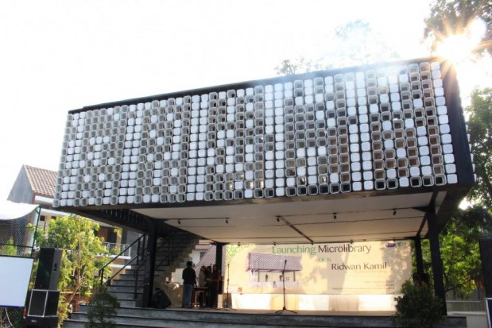 Perempuan Indonesia Di Balik Perpustakaan Ember