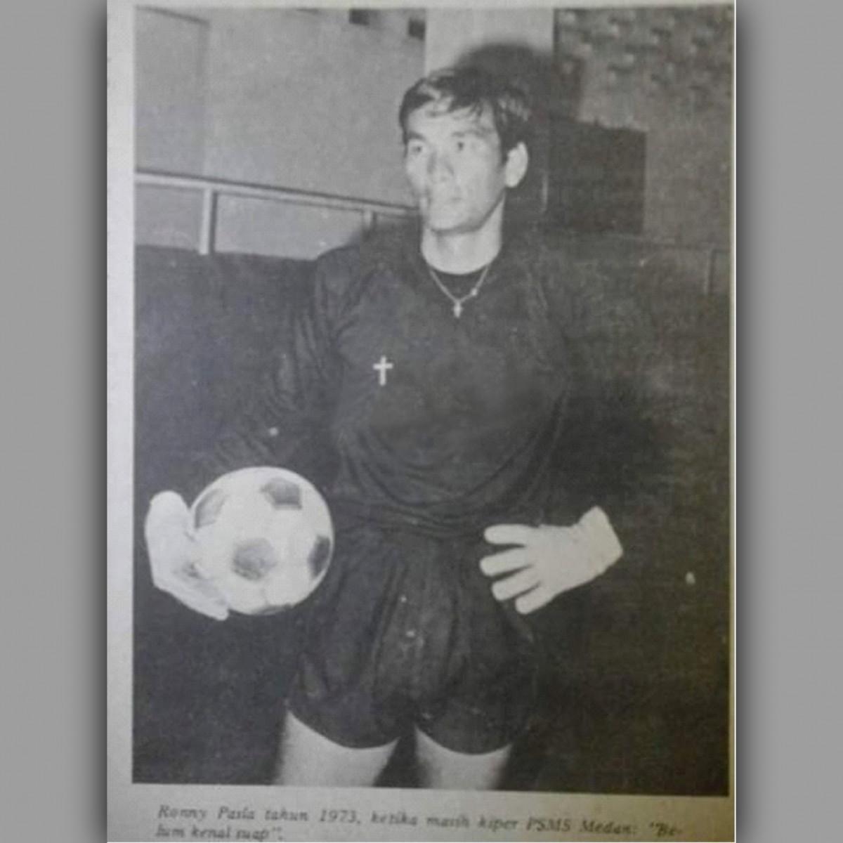 Mengenal Ronny Pasla, Legenda Kiper Timnas yang Pernah Gagalkan Penalti Pele
